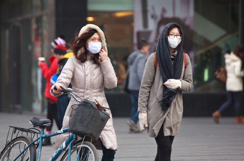 Los ciudadanos de Pekín, una de las ciudades más contaminadas del mundo, no salen a calle sin mascarilla en los últimos días. #shu#