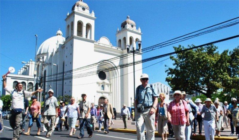 Un guía acompaña a un grupo de turistas en la ciudad de San Salvador.