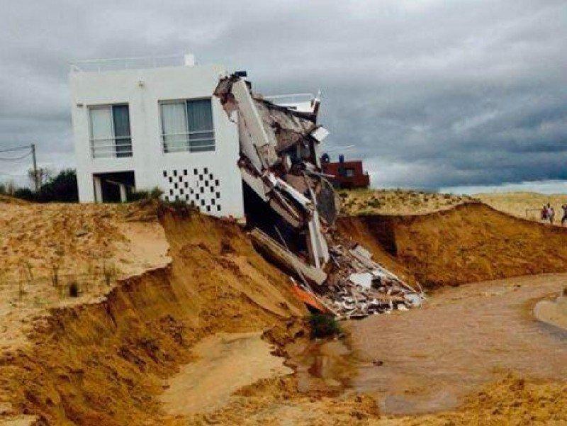 En Punta del Diablo se derrumbó una casa junto al mar.