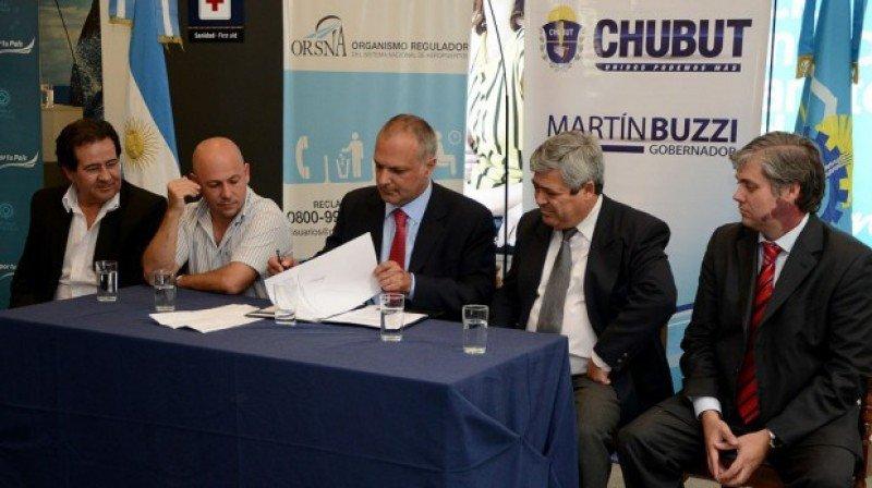 Firma del convenio en el Aeropuerto El Tehuelche de Puerto Madryn.
