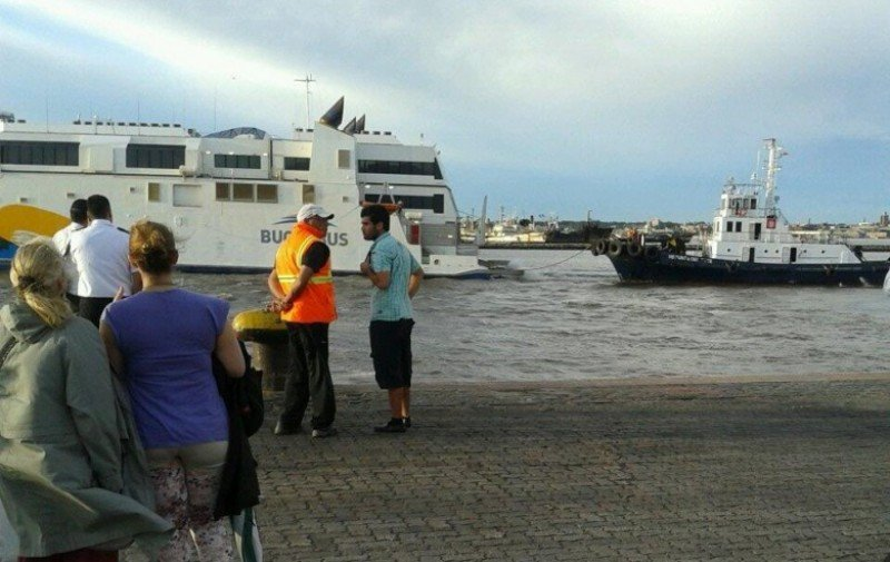 Barco Francisco Papa accidentado en el puerto de Montevideo. Foto El Observador.