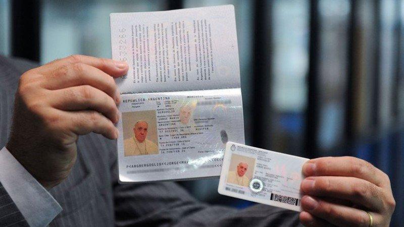 El Papa Francisco renueva su pasaporte para viajar como argentino.