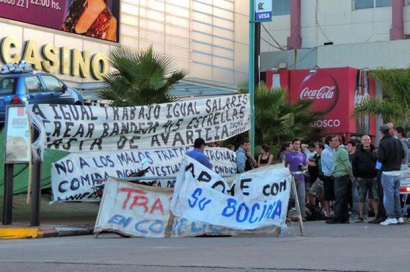 Trabajadores del sindicato SUGHU acampan frente al Casino Nogaró en Punta del Este.