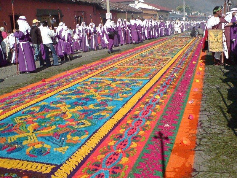 Los feligreses elaboran alfombras multicolores en calles y avenidas.