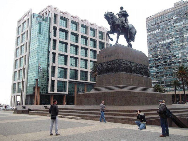 Turistas brasileños en Montevideo permitieron mantener el gasto en enero, según los datos oficiales.