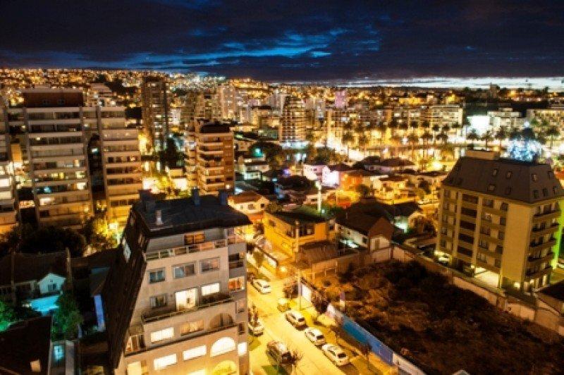 Vista nocturna de la ciudad de Valparaíso. #shu#