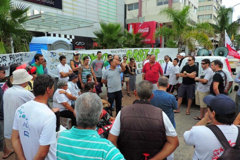 Sindicato de trabajadores hoteleros rechazó levantar la carpa frente al Nogaró. Foto: Marcelo Umpiérrez - twitter.