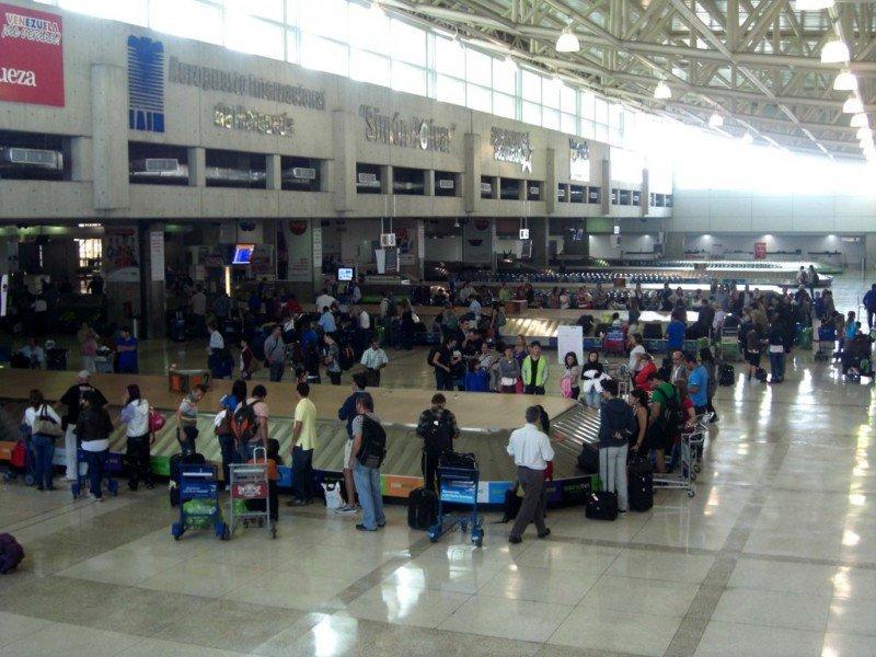 Pasajeros en Aeropuerto Internacional de Maiquetía.