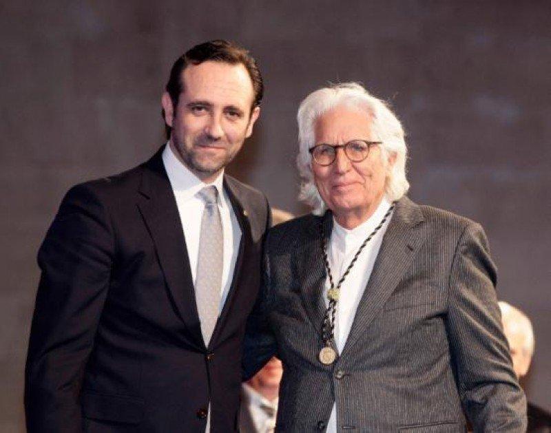 Miguel Fluxà ha recibido la Medalla de Oro de las Islas Baleares de manos del presidente de la Comunidad, José Ramón Bauzá.