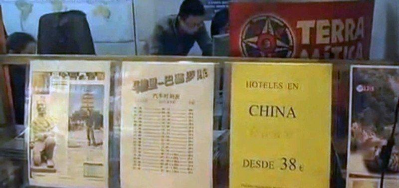 Escaparate de una agencia de viajes gestionada por ciudadanos chinos en Madrid.