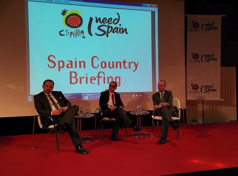 ESPAÑA EN LA ITB. Debate organizado por la Oficina Española de Turismo en Berlín durante la feria ITB. De izquierda a derecha: Pablo Caspers (Airberlin), Stefan Nigg (Gfk) y Óscar Palacios (TUI).