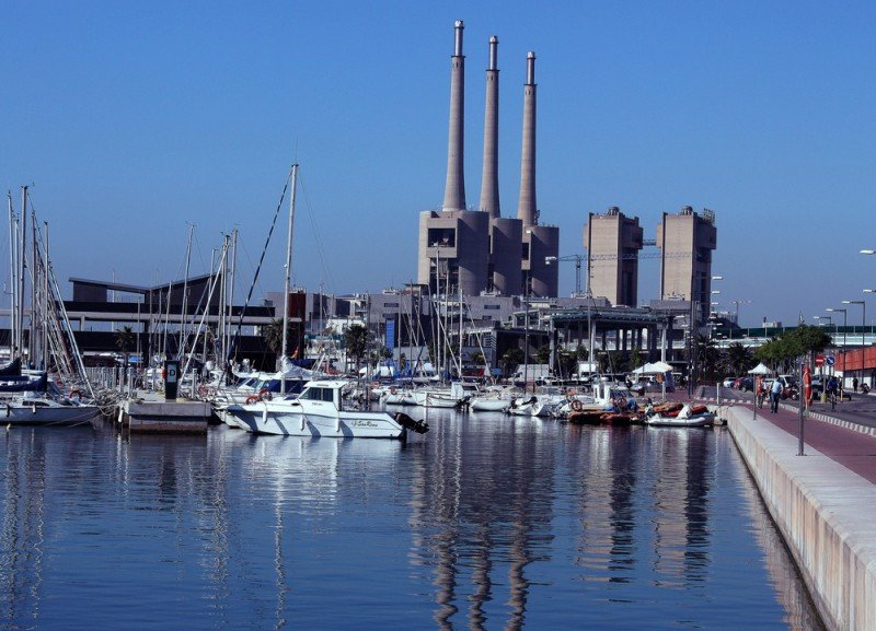 Un grupo inversor chino muestra interés por el Puerto de Badalona y las Tres Xemeneies, único vestigio del pasado industrial de la ciudad.