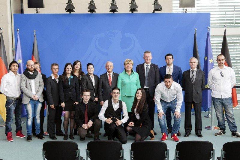 Foto de grupo de los alumnos y representantes de Lopesan-IFA Hotel and Touristik AG recibidos por la canciller alemana.