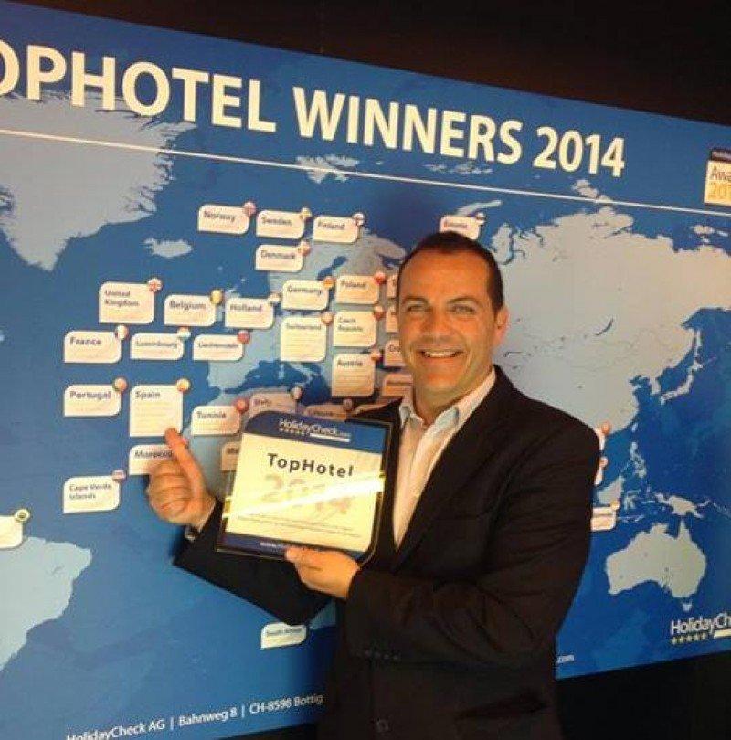 El director comercial de la cadena, Javier Ramírez, muestra el premio otorgado por HolidayCheck al SBH Costa Calma Palace por cuarto año consecutivo.