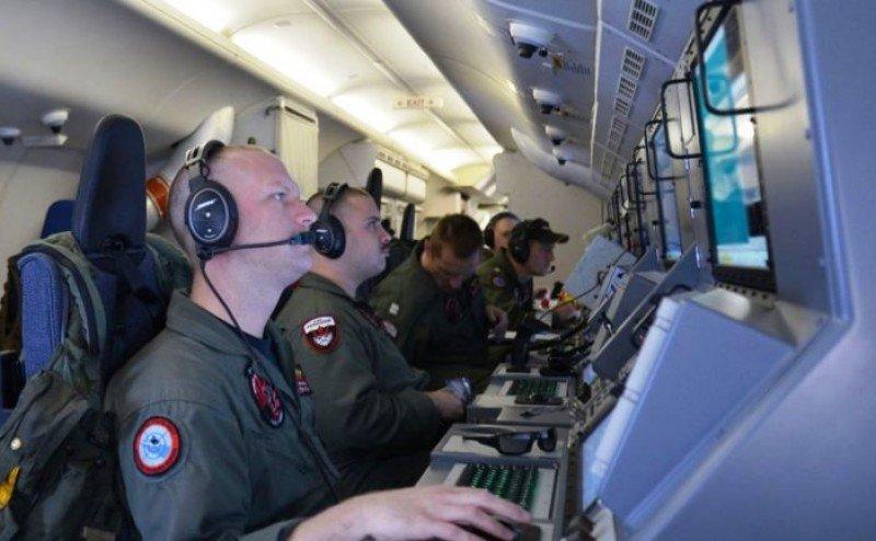 El último mensaje de 'todo Ok' recibido por los controladores aéreos corroboraría la hipótesis de un secueatro, ya que, se ha determinado que, para ese momento, ya se había desconectado uno de los sistemas de comunicación del aparato..