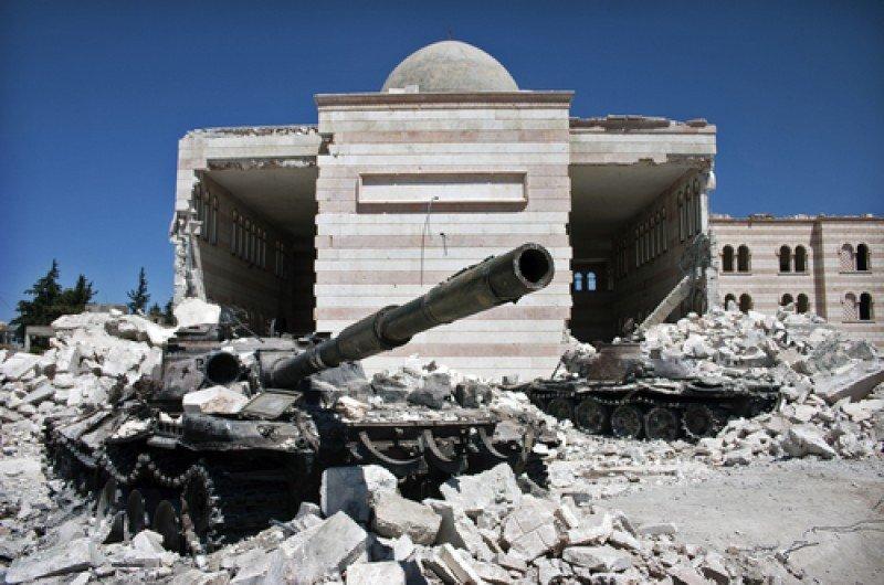 Tanques frente a una mezquita destruida, en la ciudad de Azaz, Siria. #shu#
