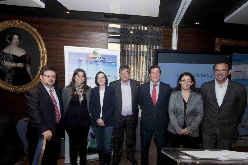 Los responsables turísticos junto a los representantes de las empresas colaboradoras, ayer en Madrid.