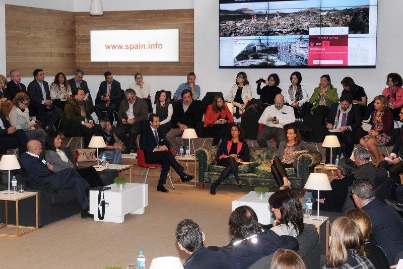 Isabel Borrego y Marta Blanco, ayer en Madrid, durante la presentación de las nuevas funcionalidades de Spain.info.