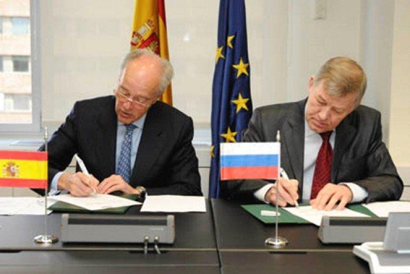 El presidente de Adif, Gonzalo Ferre, y el rector de la Universidad Estatal de Ferrocarriles de Moscú (MGUPS (MIIT)), Boris A. Levin, firman el cauerdo de colaboración.