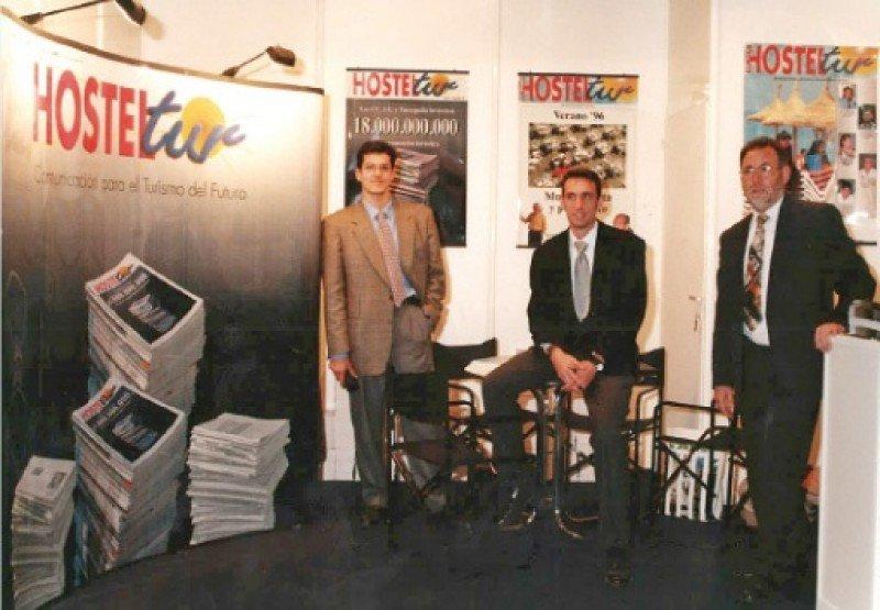 Stand de HOSTELTUR en Fitur, la primera vez que acudíamos, en 1997: Carlos Hernández, Manuel Molina y Joaquín Molina.