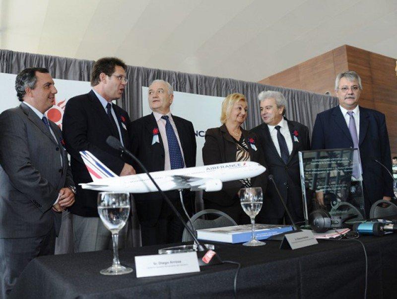 Autoridades uruguayas y ejecutivos de Air France recibiendo el vuelo inaugural el 17 de abril de 2013.