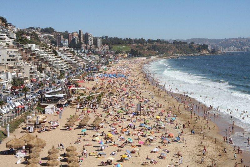 Playa de Reñaca colmada de veraneantes. Foto: Sernatur