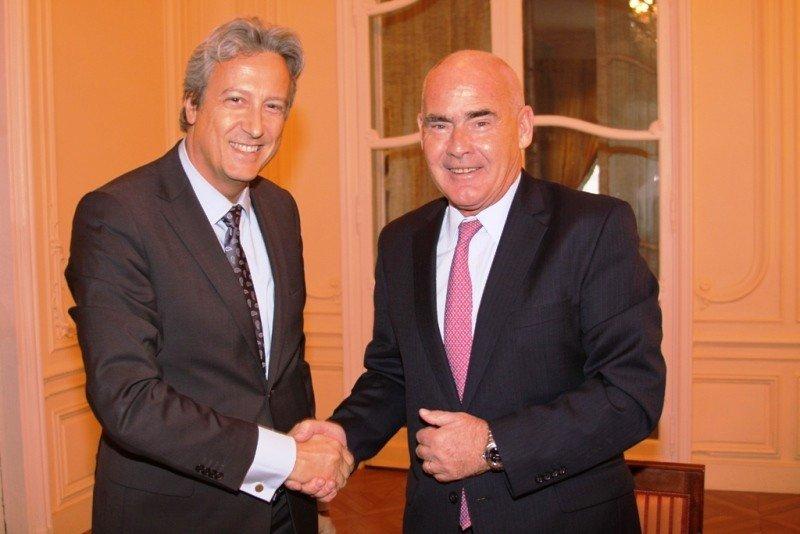 Zoran Jelkic y Enrique Meyer suscriben acuerdo.