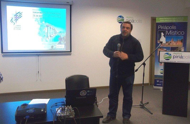Mario Bergara exponiendo ante los operadores en la sede de Aprotur.