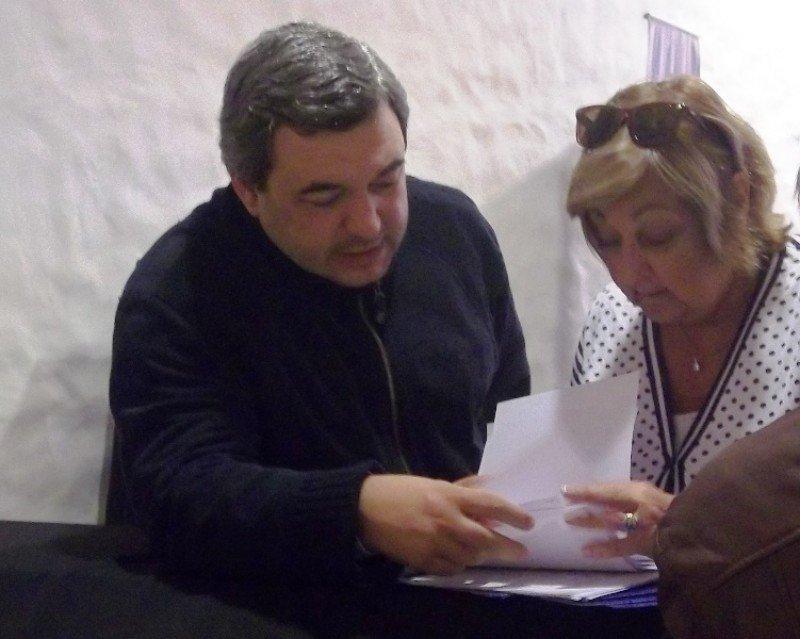 Bergara y Kechichián revisan apuntes previo al comienzo de la reunión.