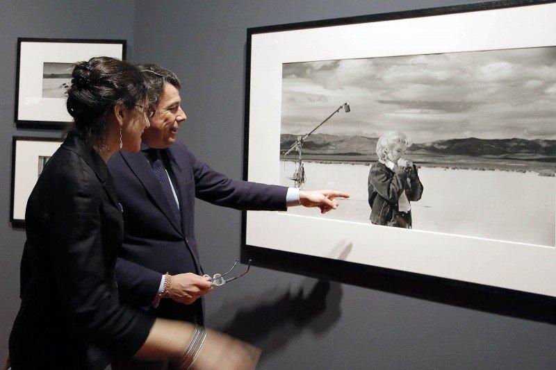 Ignacio González presidió la presentación de la exposición La cámara indiscreta. Tesoros cinematográficos de Magnum Photos.