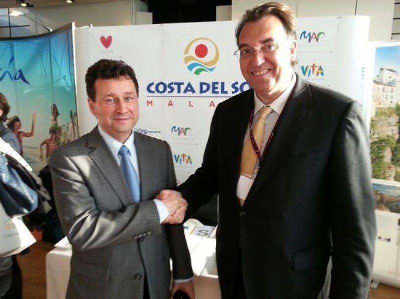 El consejero delegado de TSS Group, Manuel Molina, y el director general del Patronato de Turismo de la Costa del Sol, Arturo Bernal. Foto: Diputación de Málaga.