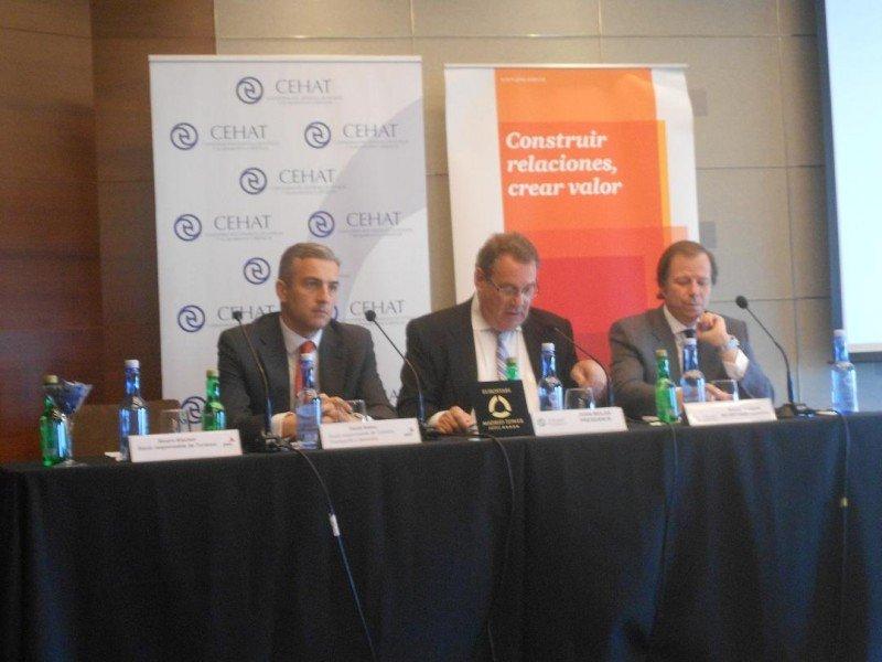 De izq. a dcha, David Samu, de PwC; y Joan Molas y Ramón Estalella, presidente y secretario general de CEHAT, en la presentación de los resultados del Observatorio.