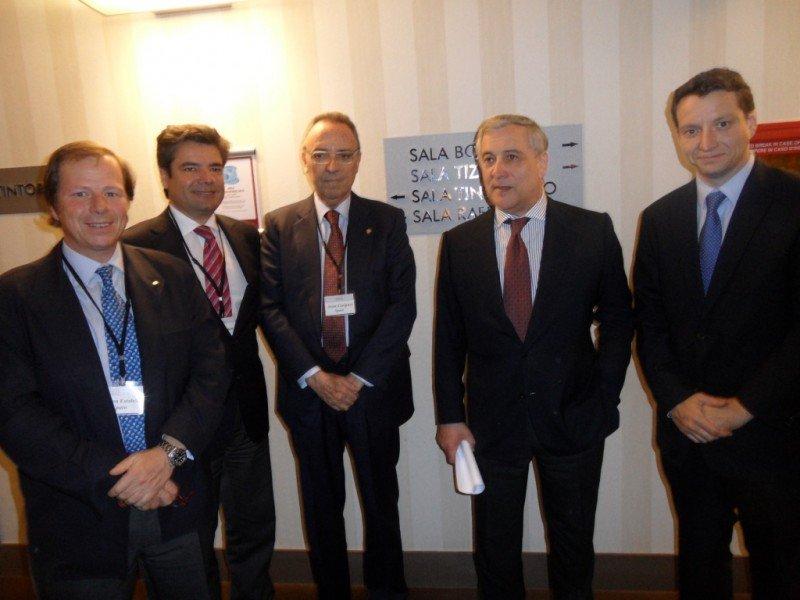 La delegación española con el vicepresidente de la Unión Europea y comisario de Turismo, Antonio Tajani.