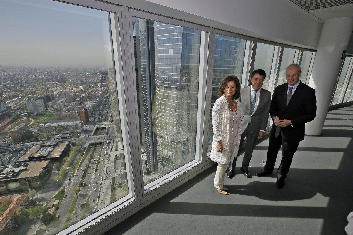Ignacio González, presidente regional; Ana Botella, alcaldesa de Madrid, y Dsillavid Scow, presidente del WTTC.