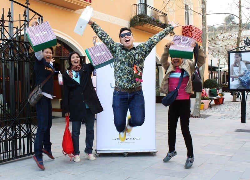 Turistas procedentes de Asia en La Roca Village, Barcelona.