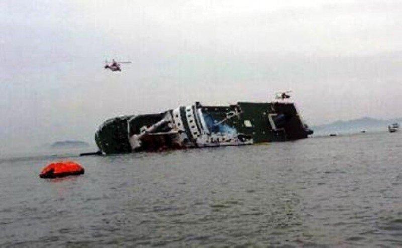 Dos muertos y más de 100 desaparecidos al naufragar un ferry en Corea del Sur