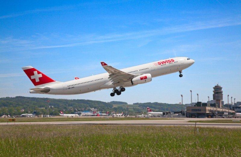 Un avión de la aerolínea Swiss despega del aeropuerto de Zurich. #shu#