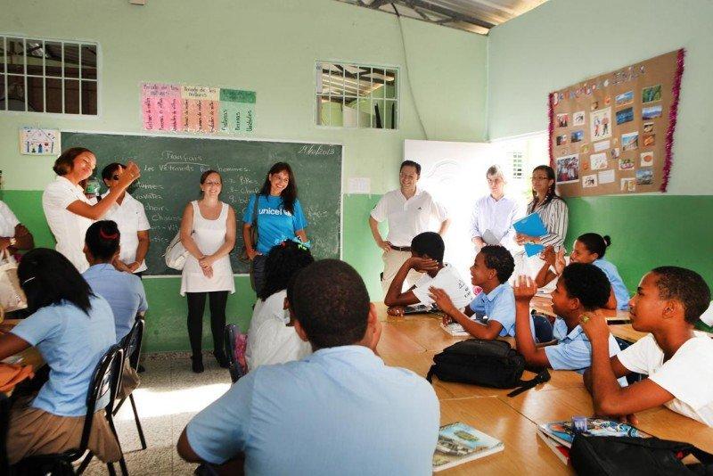 Visita a la escuela básica Matilde M. Dolen en Puerto Plata, donde los aliados de UNICEF trabajan con los niños para que conozcan sus derechos y concretamente cómo hacer frente a posibles situaciones de explotación sexual comercial. © UNICEF/República Dominicana/Pedro Guzmán.