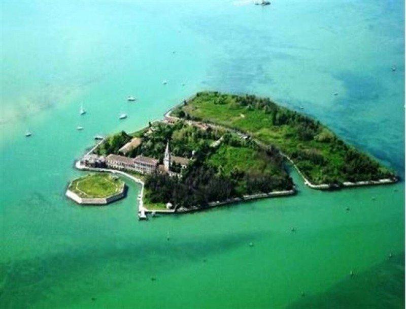 La isla de Poveglia podría albergar un hotel de lujo si la iniciativa de los vecinos no prospera. Foto: Demanio.