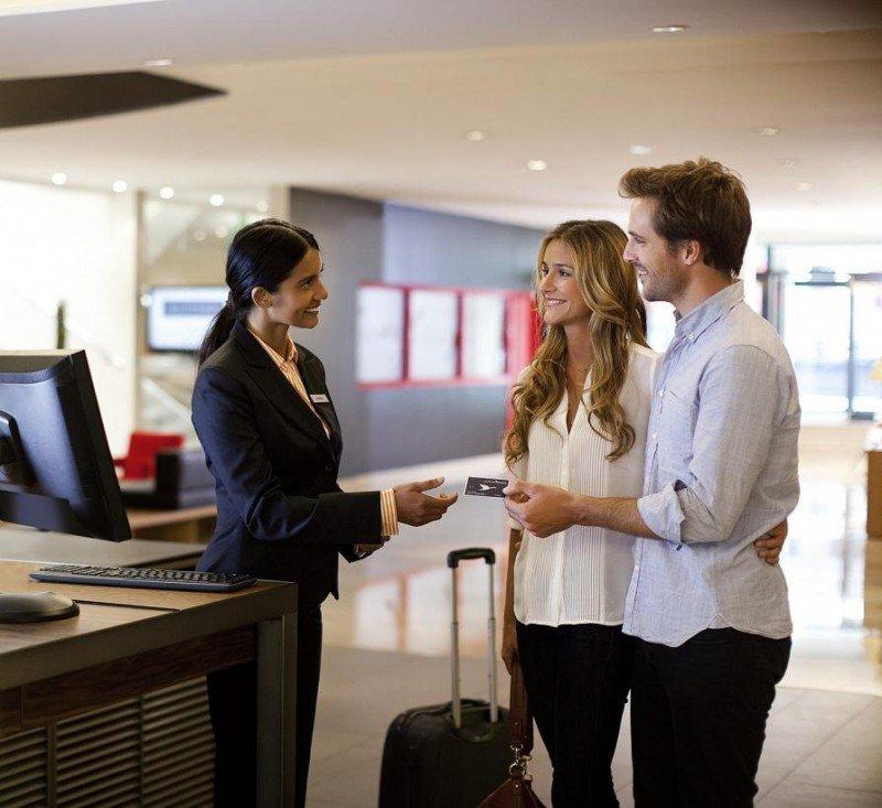 Además de personalizar su entrada y salida del hotel, el cliente ahorra tiempo y se evita las colas en recepción.