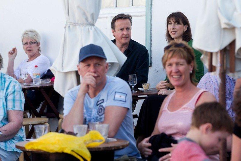 David Cameron y su mujer, en la terraza de un bar en Lanzarote.