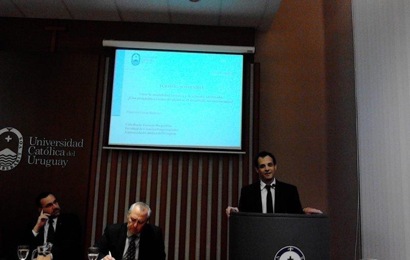 Lucas Ramírez presenta su investigación en la Universidad Católica.