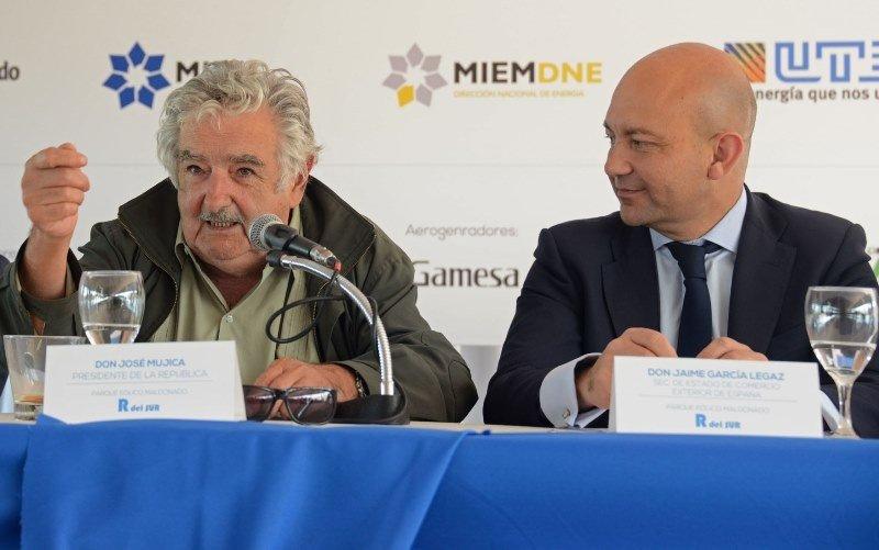 José Mujica y el secretario de Comercio de España en la inauguración de un parque eólico en España con inversión española. Foto: Presidencia.