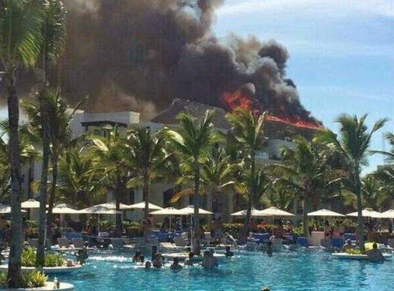 El fuego consumió el techo de cañas del restaurante La Isla del Hotel Hard Rock.