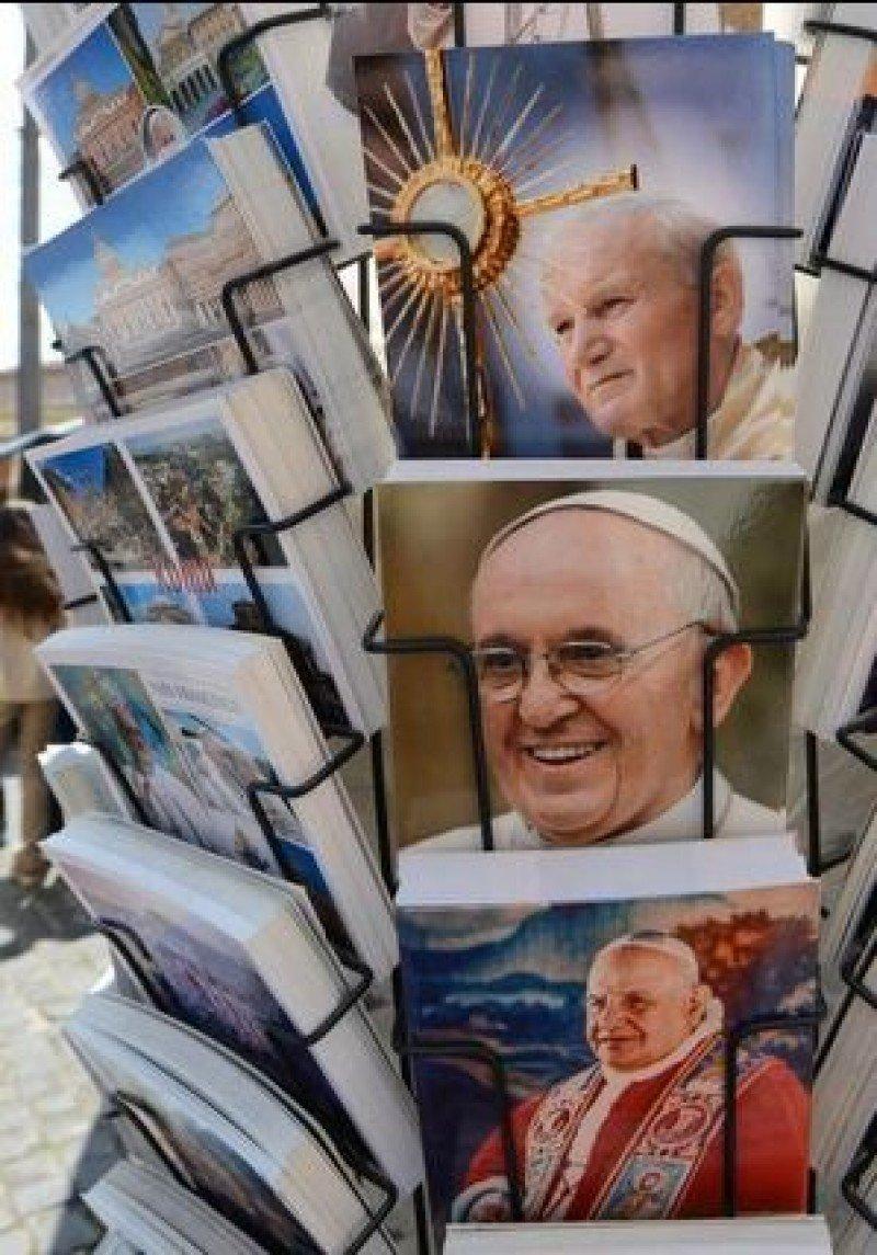 En los alrededores de la Plaza de San Pedro el merchandising se multiplica. (Foto: EFE)
