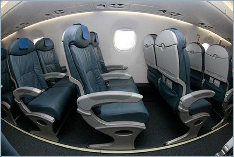 Interiores del modelo Embraer 195 del fabricante aeronáutico brasileño.