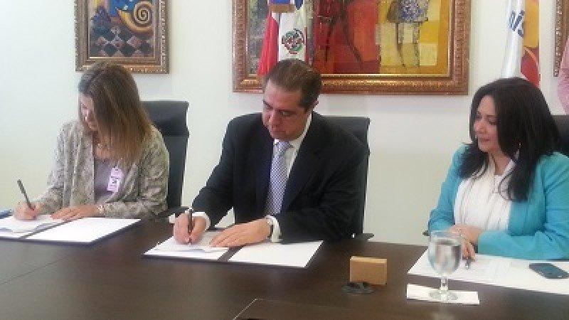 De izquierda a derecha: Pilar González Rayero, encargada de Acuerdos Comerciales de Iberia; Francisco Javier García, ministro de Turismo dominicano y Magaly Toribio, asesora de Marketing del Ministerio de Turismo.