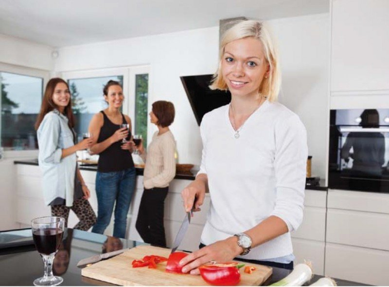 Varias webs especializadas ponen en contacto a viajeros con particulares que organizan comidas y cenas, de pago, en sus propias casas. #shu#