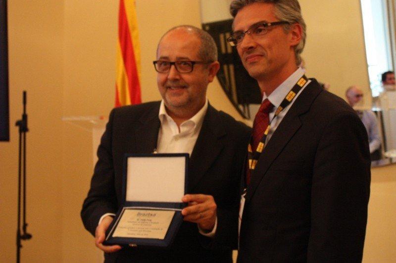 El presidente de Braztoa, Marco Ferraz, entregó al consejero de Empresa, Felip Puig, una placa de agradecimiento por el apoyo de la Generalitat de Cataluña a los operadores turísticos brasileños.
