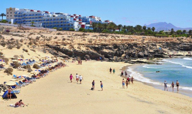 Turistas en una playa de Fuerteventura, Canarias. #shu#